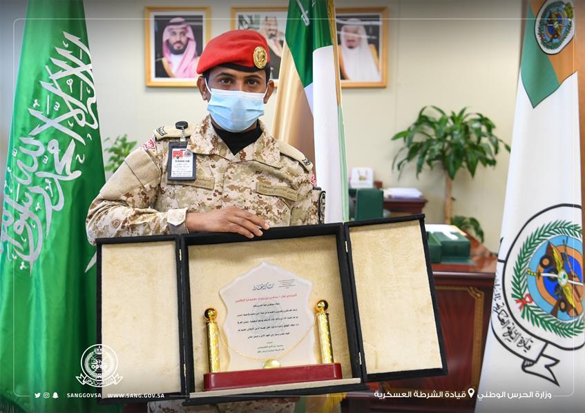 لضبطه عملية فساد مالي.. تكريم أحد منسوبي الشرطة العسكرية بوزارة الحرس الوطني