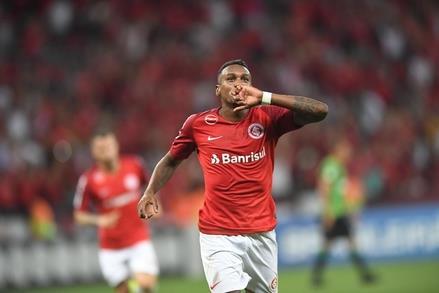 لاعب نادي إنترسيونال البرازيلي، إدينيلسون دوس سانتوس