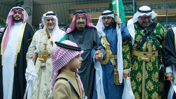 خادم الحرمين الشريفين الملك سلمان بن عبدالعزيز تأدية العرضة السعودية
