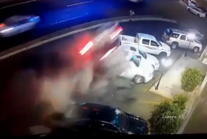 حـادث مروع لسيارة تنقلب فوق 3 سيارات