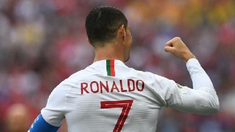 شاهد.. رونالدو يحقق رغبة طفل برتغالي بمعانقته