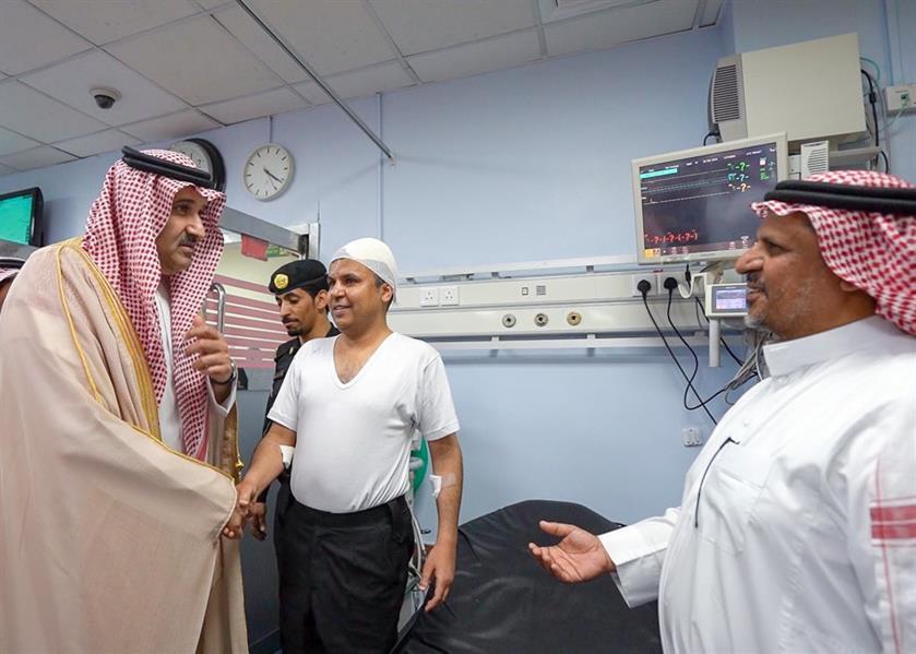 أمير المدينة يطمئن على الحالة الصحية لرجال الأمن المُصابين في حـادثة إطلاق النار