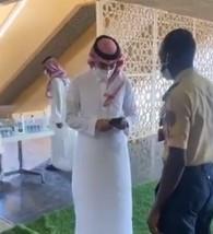 """حارس أمن يطلب من وزير الرياضة إبراز تطبيق """"توكنا"""" والأخير يستجيب"""