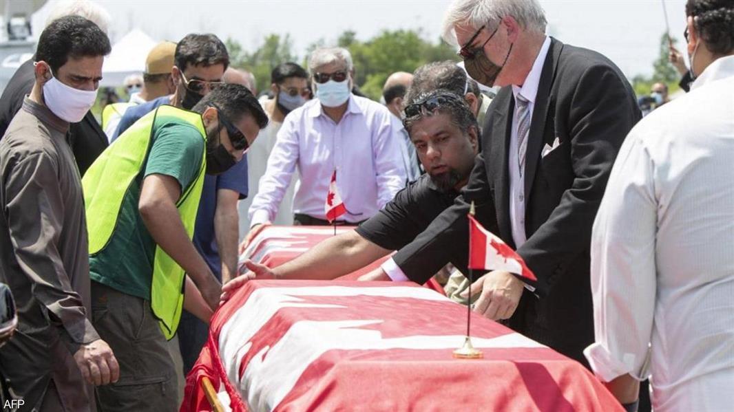 المئات يحضرون جنازة أفراد عائلة مسلمة كندية دهسها مهاجم بشاحنته بدافع الكراهية