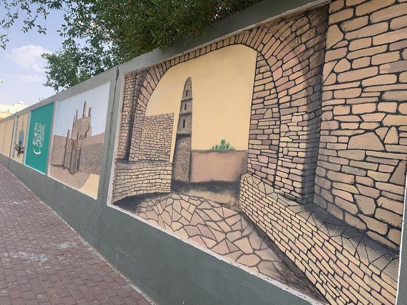 معلم يحول الأسوار إلى لوحات فنية