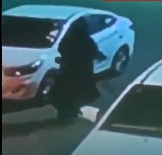 القبض على شخص سرق حقيبة امرأة بالقوة وكاد أن يدهسها في الجوف