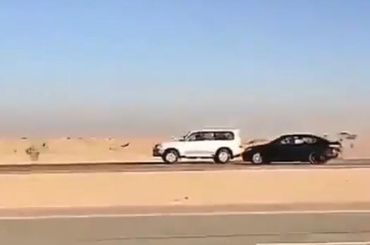بالفيديو.. مفحط يتسبب بحادث بين ثلاث سيارات ويلوذ بالهرب