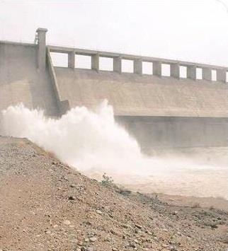 """بالفيديو.. لحظة فتح بوابات """"وادي حلي"""" بالقنفذة لتفريغ 40 مليون متر مكعب من المياه"""