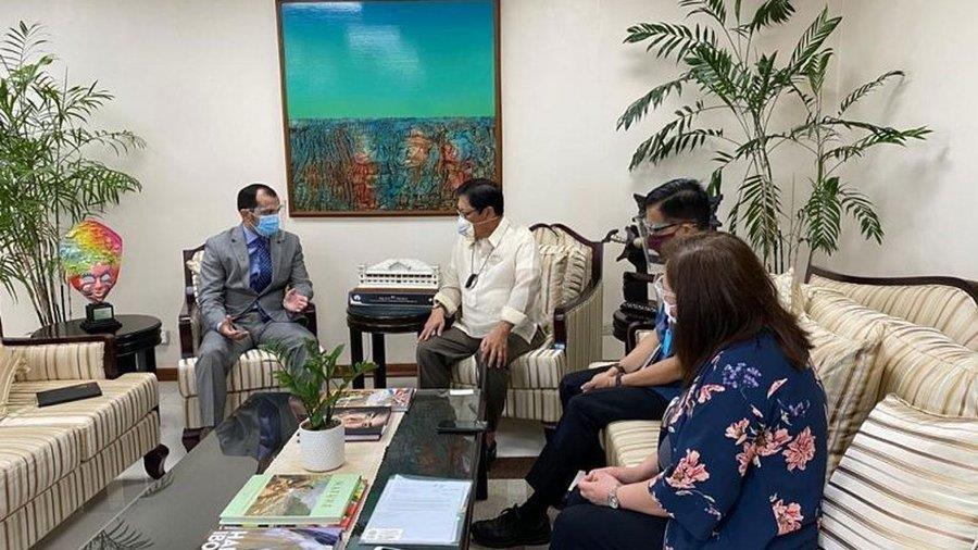 وزير العمل الفلبيني يستقبل أول ملحق عمالي للمملكة بالخارج