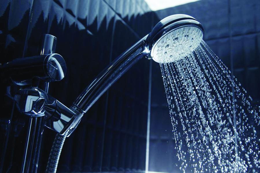 أيهما أفضل: الاستحمام ليلاً أم نهاراً؟  يكشف طبيب