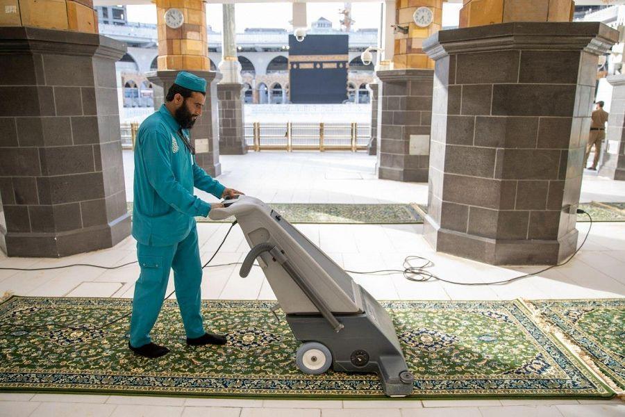 غسل وتعقيم مكبرية المسجد الحرام