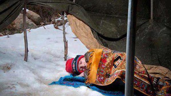 طفل سوري نائم على الثلج في مخيم الزعتري