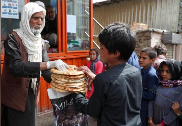 في أفغانستان توزيع الخبز مجانا مع ارتفاع الأسعار في ظل تفشي كورونا