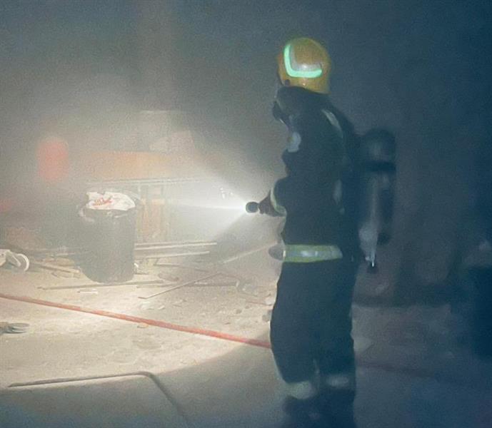 إخماد حريق اندلع داخل سوق تجارية بالرياض