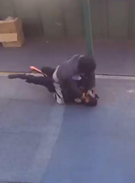 شاهد .. شخص يعتدي على شرطية أمريكية بعد أن طلبت تفتيشه