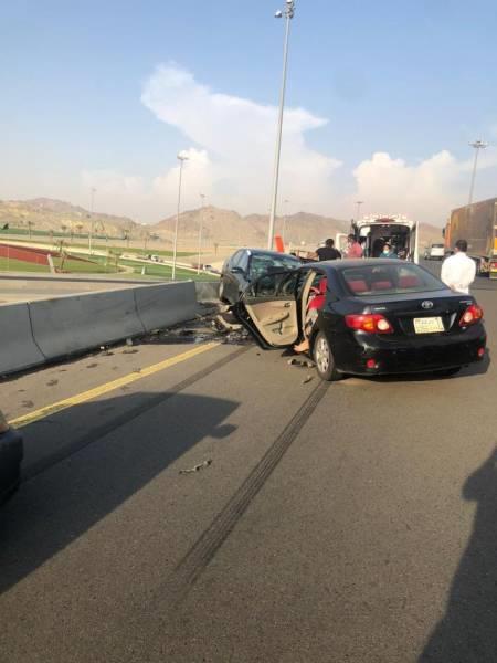 إصابة 5 أشخاص نتيجة تصادم بين سيارتين وجهًا لوجه بمكة