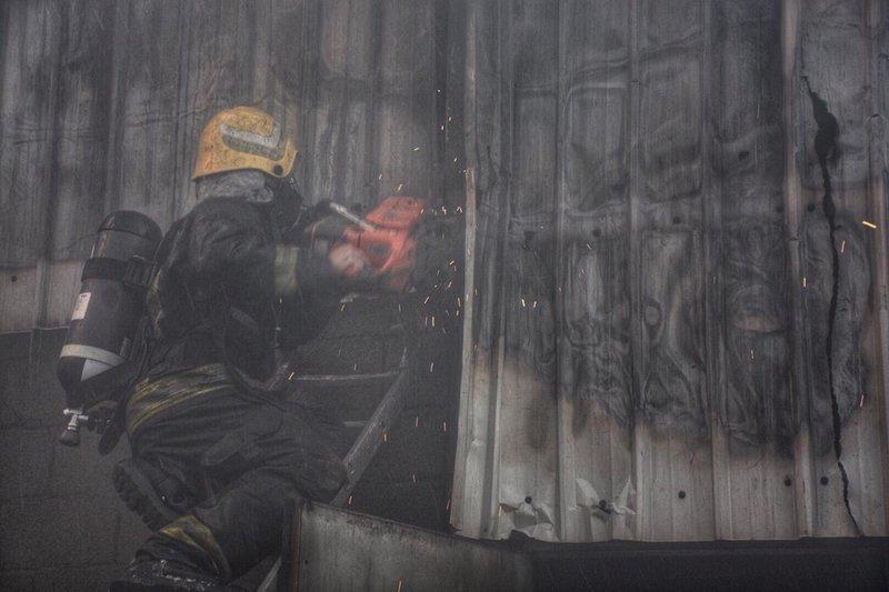 مدني جدة يسيطر على حريق مجمع أدوات للكهرباء بالعزيزية