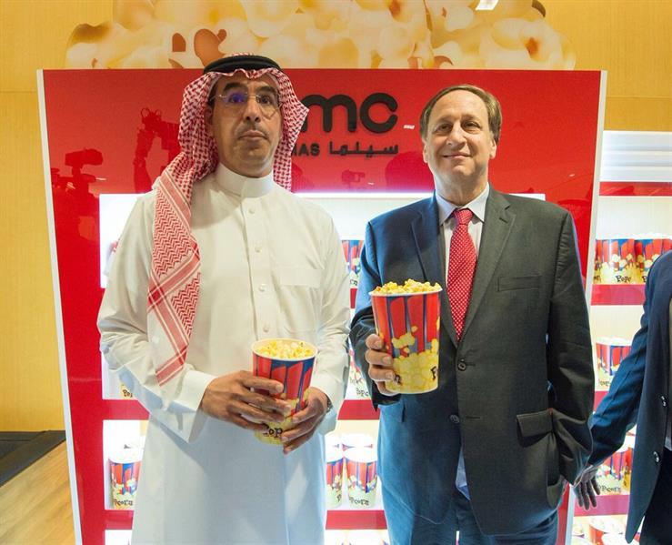 شاهد.. وزير الإعلام يفتتح أول دار سينما في السعودية.. وفتح شراء التذاكر غداً