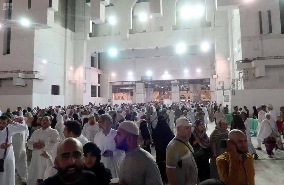 شاهد.. المسجد الحرام يمتلئ بجموع المصلين لصلاة أول تراويح في رمضان