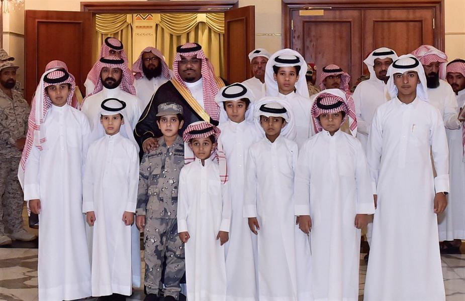 نائب أمير نجران يشارك أبناء الشهداء طعام الإفطار