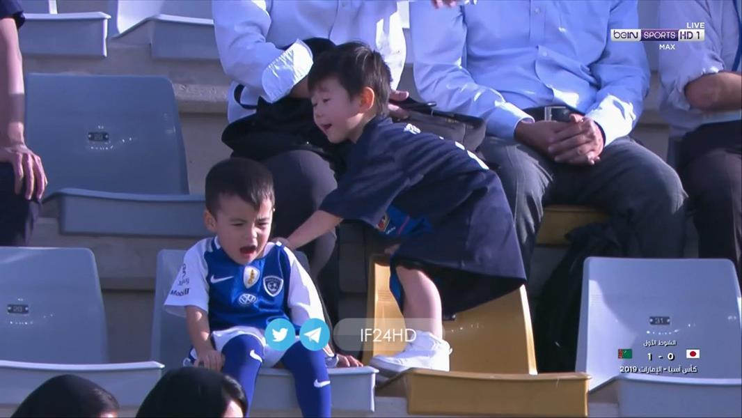 صور.. طفل ياباني يدعم منتخب بلاده بقميص الهلال