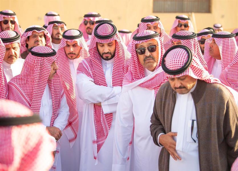 ولي العهد يُشارك في تشييع جثمان الأمير طلال بن سعود
