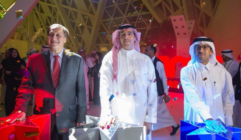شاهد.. وزير الإعلام يفتتح أول دار سينما في السعودية.. وفتح شراء التذاكر غدا
