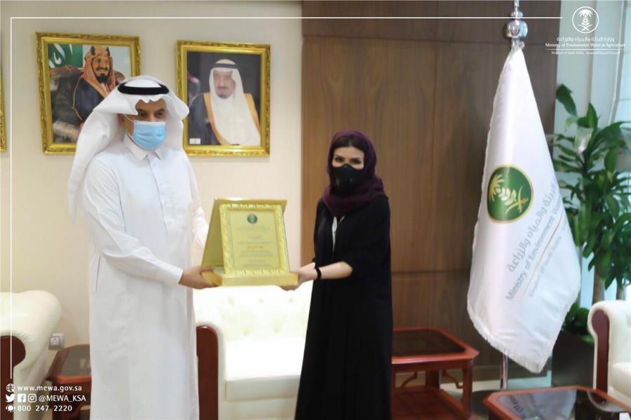"""وزير البيئة يكرم المتطوعين والمتطوعات القائمين على """"ملجأ الرياض للحيوانات"""""""