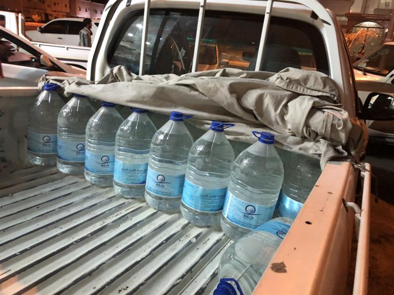 شاهد.. ضبط كميات كبيرة من عبوات مياه زمزم مخزنة في مستودع مخالف