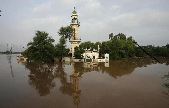 مقتل تسعة أشخاص إثر انهيار مسجد في باكستان