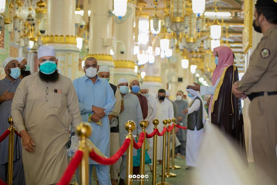 وسط أجواء خاشعة وإيمانية.. أول فوج من معتمري الخارج يؤدي الصلاة في الروضة الشريفة