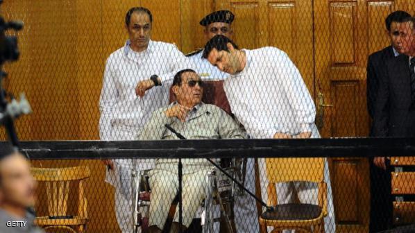 أرشيفية لحسني مبارك ونجليه أثناء محاكمتهم في قضية سابقة
