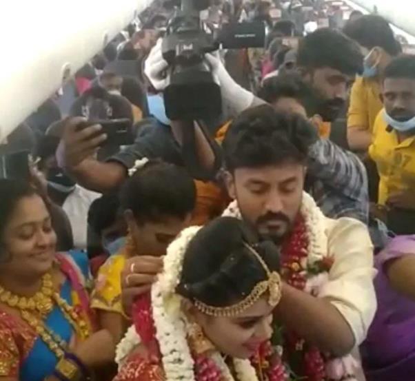 هندي يقيم حفل زفافه داخل طائرة هربا من قيود كورونا
