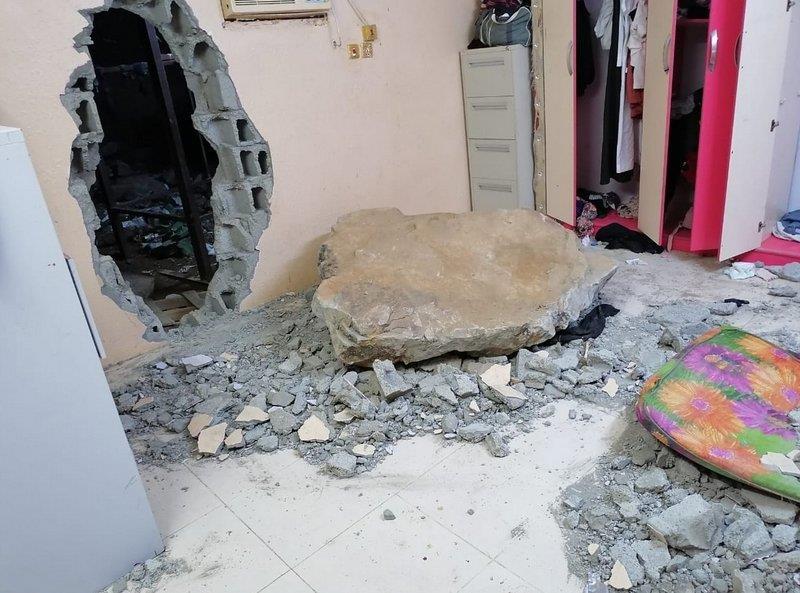 نجاة شاب اخترقت غرفته صخرة سقطت من مكان مرتفع