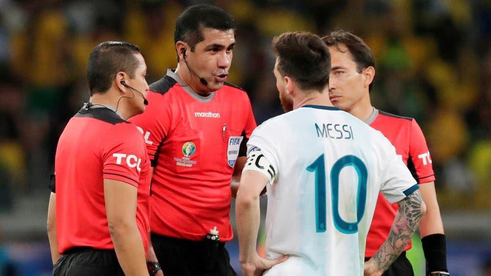 ميسي يتهم الحكم و(كونميبول) بالتواطؤ مع البرازيل
