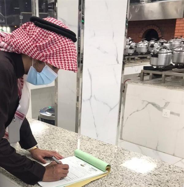 الأمانة ترصد مخالفات وعدم تقيد بالتدابير الوقائية في أنشطة تجارية بالشفا والهدا