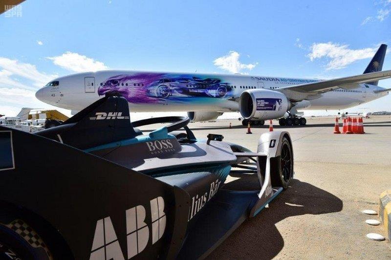 """طائرة """"السعودية"""" B777 تحلق بشعار """" فورمولا- أي – الدرعية """""""