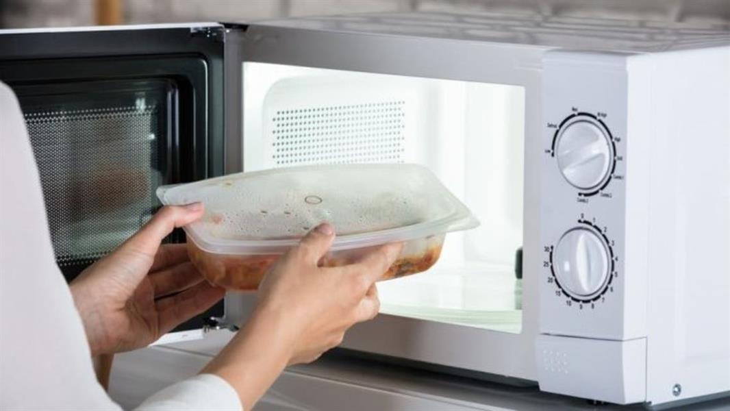 تحذر حماية المستهلك من تخزين وتسخين الأطعمة في عبوات بلاستيكية