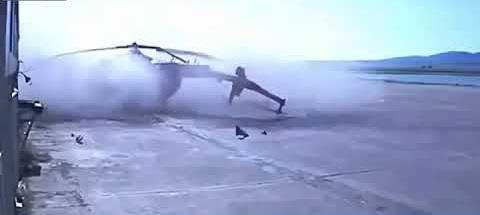 طائرة مروحية تصطدم ببناء مطار بعد هبوطها! (فيديو)