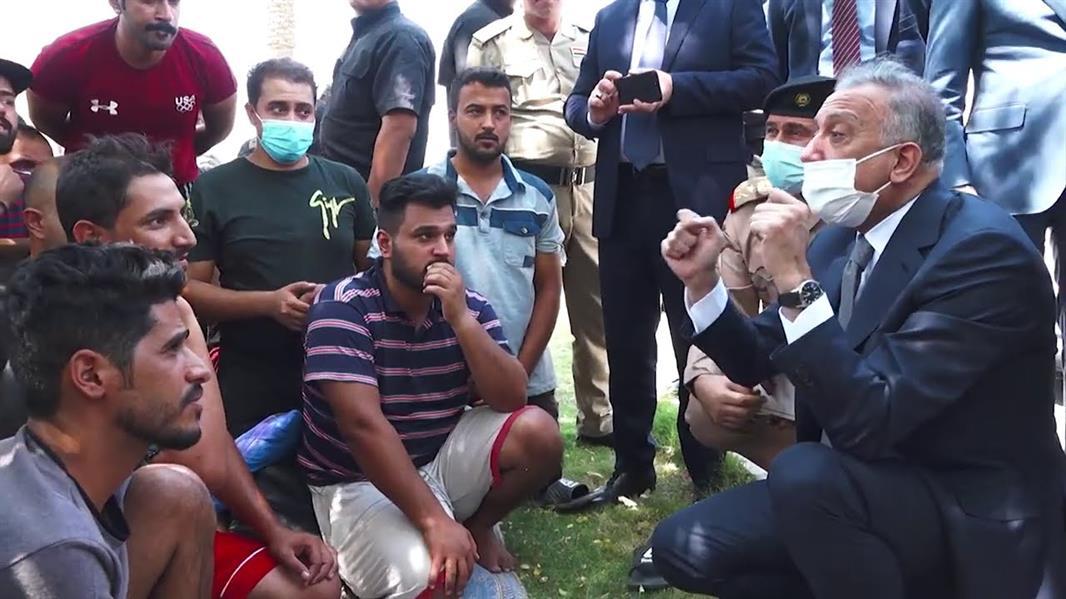 متظاهر عراقي يشكو البطالة لرئيس الوزراء