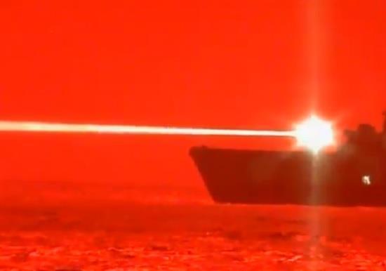 """سفينة أمريكية تُسقط """"طائرة درون"""" بالليزر في لمح البصر"""