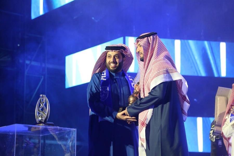تركي آل الشيخ يقدم درع التكريم لرئيس النادي فهد بن نافل