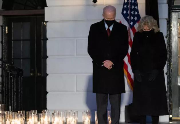 بايدن يأمر بتنكيس العلم الأمريكي حدادا على ضحايا كورونا الذين تجاوز عددهم النصف مليون