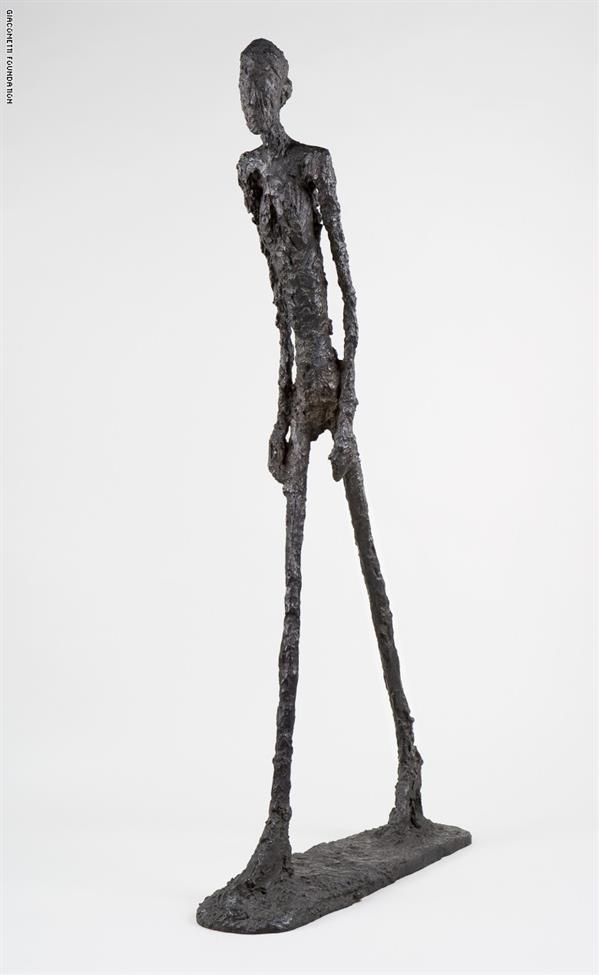 """منحوتة """"L'Homme qui marche I""""، للنحات ألبرتو جياكوميتي عام 1960"""