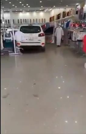سيارة تقتحم محل ملابس بالدمام