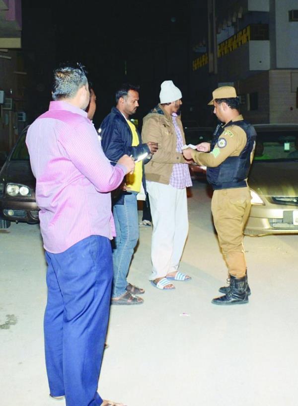 رجل أمن يتأكد من نظامية أربعة من المشتبه بهم