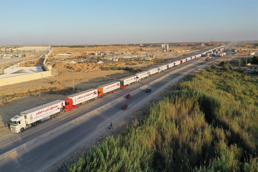 """مصر تقدم قافلة مساعدات ضخمة لدعم """"غزة"""""""