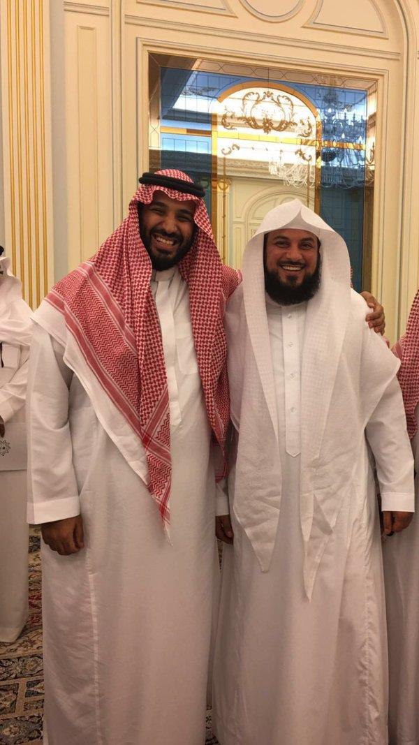 """العريفي ينشر صورة له برفقة الأمير محمد بن سلمان بعد إعلان """"رؤية السعودية"""""""