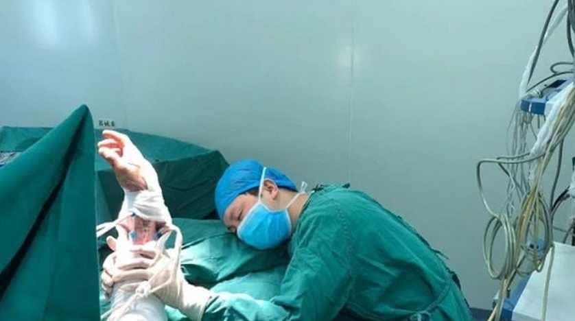طبيب نام في غرفة العمليات