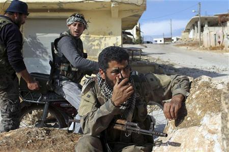 مقاتلون من الجيش السوري الحر في بلدة بادلب
